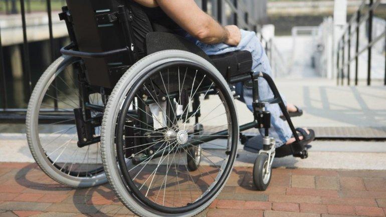 В Кривом Роге пообещали делать съезды для людей в инвалидных колясках (ВИДЕО). кривой рог, бордюр, инвалидная коляска, пандус, інфраструктура, bicycle, outdoor, wheel, ground, tire, person, sidewalk, bicycle wheel, land vehicle, furniture. A person sitting on a bicycle seat