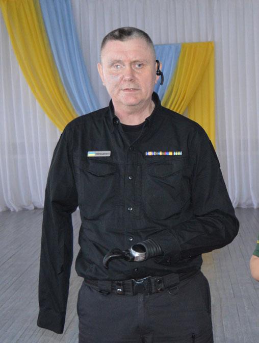 Олександр Терещенко під час боїв за Донецький аеропорт втратив обидві руки. Написав про це книгу