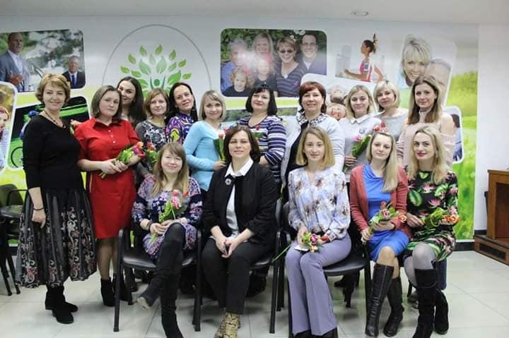 Величезна кольорова куля емоцій для особливих матусь. тернопіль, зустріч, проект я.vesna, спілкування, інвалідність, person, posing, smile, group, clothing, woman, wall, indoor, human face, flower. A group of people posing for a photo