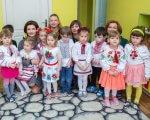 Марина Порошенко ознайомилася з результатами впровадження інклюзивної освіти в столиці України. київ, марина порошенко, дитячий садок, особливими освітніми потребами, інклюзивна освіта, person, child, wall, posing, toddler, little, clothing, baby, young, indoor. A group of kids posing for a photo
