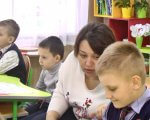 33-та вінницька школа – лідер із впровадження інклюзивної освіти (ВІДЕО). вінниця, асистентка, школа, інвалідність, інклюзивна освіта, person, child, toddler, indoor, boy, sitting, human face, little, baby, clothing. A little boy sitting at a table
