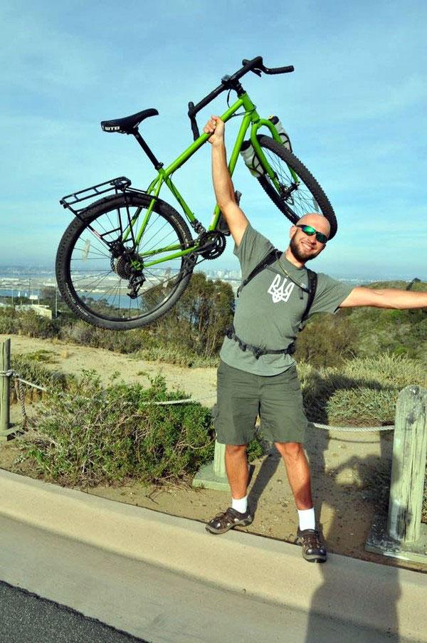 «Восстановившись после ранения, пересек США на велосипеде»: «киборг» Александр Чуб организовывает детские лагеря. александр чуб, велосипед, инвалидность, кіборг, ранение