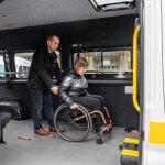 Світлина. В Україні створюють службу перевезень для людей на інвалідних візках. Безбар'ерність, інвалідність, автомобіль, підйомник, Володимир Гройсман, служба перевезень