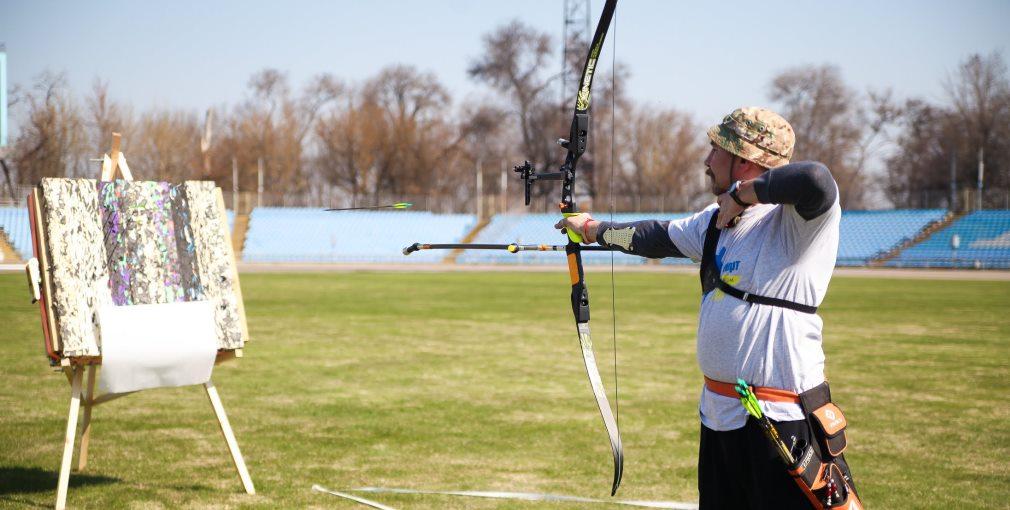 У Дніпрі відбулася перша обласна спартакіада для бійців з інвалідністю (ФОТОРЕПОРТАЖ). дніпро, атовець, змагання, спартакиада, інвалідність, sky, grass, outdoor, person, bow and arrow, playground, archery, target archery, field archery, sport. A person holding a kite