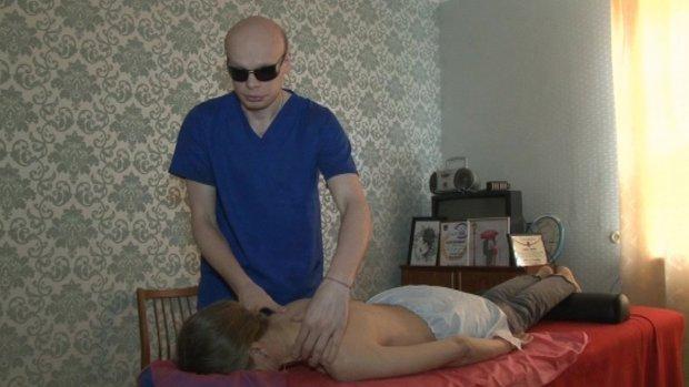 Десять років незрячий черкащанин Сергій Врабій працює масажистом. сергій врабій, зір, масаж, масажист, незрячий