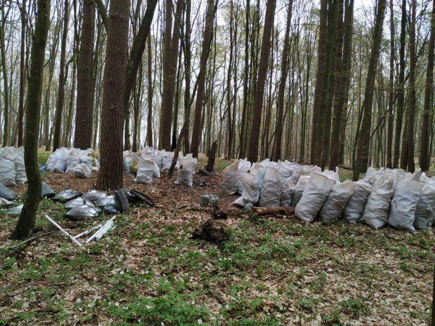 Молодий чоловік із Рівненщини, попри проблеми зі здоров'ям, назбирав у лісі тонни викинутого скла. тарас стець, вада, недуг, скло, суспільство