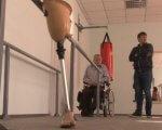 Реабілітаційну кімнату відкрили у Черкаському протезно-ортопедичному цеху (ВІДЕО). черкаси, адаптація, протез, протезно-ортопедичний цех, протезування, person, bicycle, indoor, bicycle wheel. A person standing in front of a mirror posing for the camera