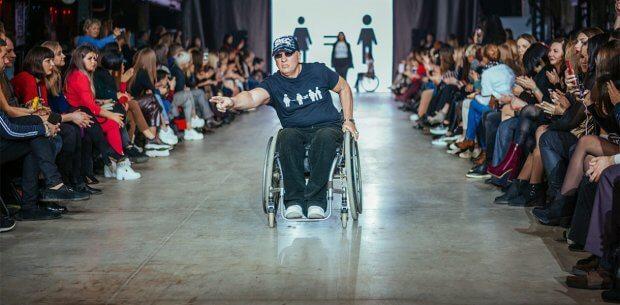 Без барьеров. Как Харьковская неделя моды способствует интеграции в общество людей с инвалидностью. kharkiv fashion, инвалидная коляска, инвалидность, модель, подіум