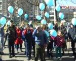 У Луцьку відкрився новий Центр для занять з дітьми з інвалідністю (ФОТО, ВІДЕО). луцьк, аутизм, діагноз, соціалізація, інвалідність, person, outdoor, clothing, people, walking, man, footwear, balloon, parade, woman. A group of people walking in front of a crowd