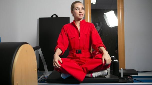 """""""Мне поставили диагноз """"болезнь Бехтерева"""", но это – не приговор"""": интервью с реабилитологом Ириной Бублик. ирина бублик, болезнь бехтерева, діагноз, заболевание, реабілітолог, wall, person, indoor, clothing, red, human face. A person sitting in a chair"""