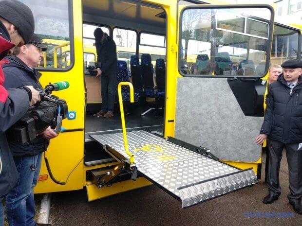 Чернігівський автозавод випускає шкільний автобус для дітей з інвалідністю. чаз, автобус, підйомник, інвалідний візок, інвалідність