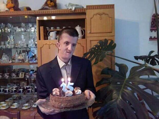 Молодий чоловік із Рівненщини, попри проблеми зі здоров'ям, назбирав у лісі тонни викинутого скла ТАРАС СТЕЦЬ ВАДА НЕДУГ СКЛО СУСПІЛЬСТВО
