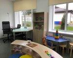У Бериславі облаштують ресурсну кімнату для дітей. берислав, особливими освітніми потребами, ресурсна кімната, реформа, інклюзивна освіта, table, furniture, desk, indoor, shelf, chair, house, library, coffee table, building. A dining room table