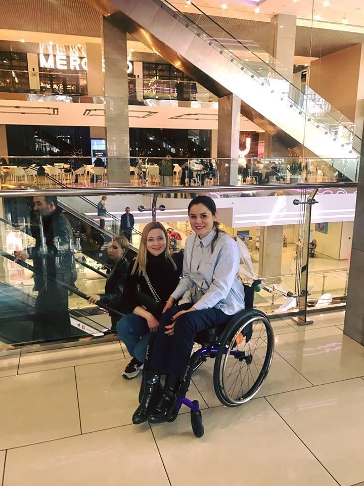Дівчина, яка має крила. юлія ресенчук, кінний спорт, самореалізація, тренування, інвалідність, person, wheel, bicycle wheel, clothing, land vehicle, woman, wheelchair, vehicle, bicycle. A woman standing next to a bicycle