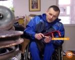 Інвалідність – не вирок: спортсмен-візочник допомагає пораненим бійцям (ВІДЕО). павло козак, волонтер, реабілітолог, інвалідний візок, інвалідність, person, clothing. A small child sitting on a motorcycle