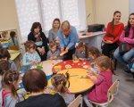 Інклюзивно-ресурсний центр надаватиме послуги не лише дітям Вінниці, а й сусідніх об'єднаних громад. вінниця, особливими освітніми потребами, інвалідність, інклюзивна освіта, інклюзивно-ресурсний центр, person, toddler, clothing, indoor, wall, group, human face, girl, child, baby. A group of people sitting at a table