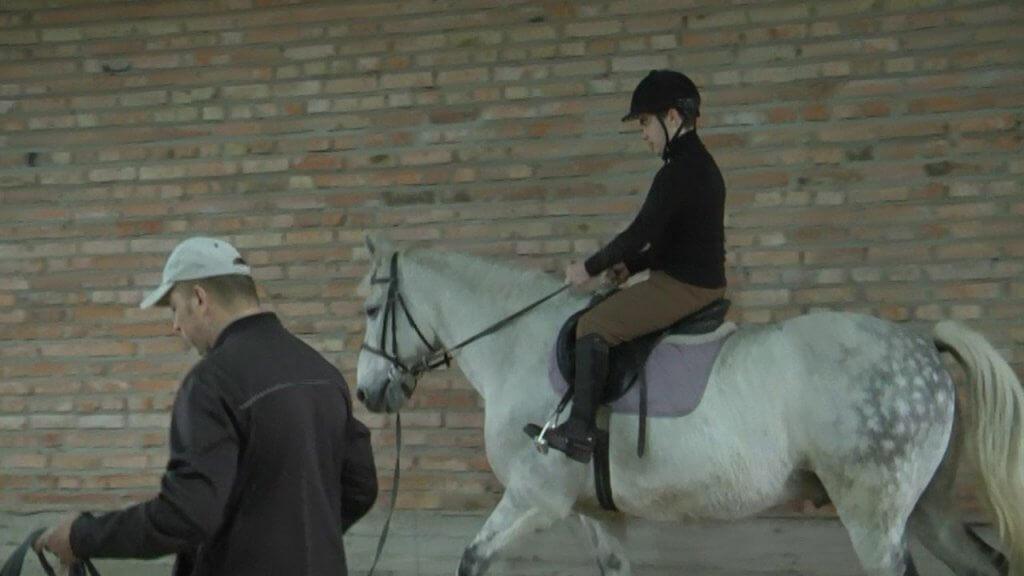 У селі Вишнів на Волині батьки дітей з інвалідністю самотужки облаштовують Центр з іпотерапії (ФОТО, ВІДЕО). вишнів, кінь, лікування, інвалідність, іпотерапія, person, animal, horse tack, horse supplies, bridle, halter, rein, clothing, riding, horse. A person riding a horse