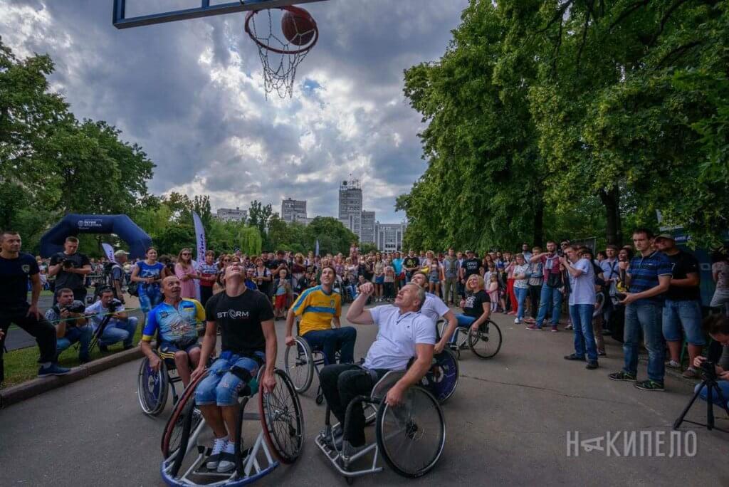 У Харкові пройдуть змагання «Ігри героїв» (ВІДЕО). ігри героїв, харків, ветеран ато, змагання, інвалідність, tree, outdoor, sky, road, person, sports equipment, sport, bicycle wheel, bicycle, land vehicle. A group of people riding on the back of a bicycle