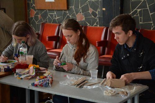 Реабілітація через творчість: у Каневі відбувся унікальний фестиваль (ФОТО). дніпровські хвилі, канів, творчість, фестиваль, інвалідність, table, person, sitting, indoor, clothing, human face, people, bottle, group, meal. A group of people sitting at a table