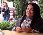 Буковинка Марія Нікітіна, яка перенесла 49 переломів, надихає своєю життєрадісністю багатьох (ВІДЕО). марія нікітіна, громадська активістка, перелом, інвалідний візок, інвалідність, person, smile, clothing, woman, human face, fashion accessory, outdoor, flower. A person sitting on a table