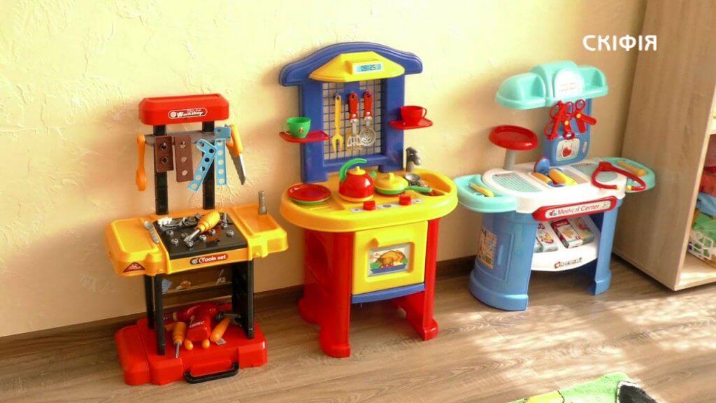 Кореспонденти Суспільного дізнавалися, як діє інклюзивний центр для дітей у Новотроїцьку. новотроїцьке, меморандум, обстеження, створення, інклюзивно-ресурсний центр, toy, indoor, wall, floor, cartoon, lego, plastic, playground. A toy on a table