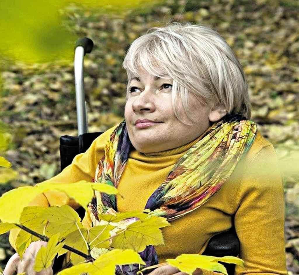 Через онкологію померла відома вінничанка Раїса Панасюк. раїса панасюк, онкологія, суспільство, інвалідний візок, інвалідність, person, human face, sitting, outdoor, clothing, little, yellow, woman. A little boy sitting on a bench
