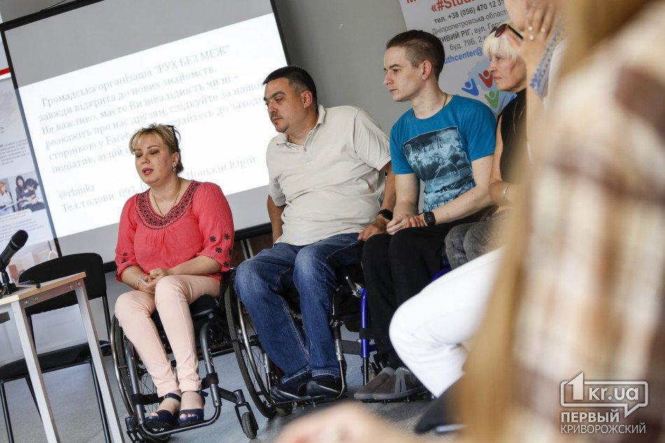 Ключове слово – людина: криворіжці руйнують стереотипи про людей з інвалідністю. кривий ріг, дискусія, стереотип, суспільство, інвалідність, person, clothing, sitting, human face, smile, footwear, man, people, jeans, posing. A group of people sitting posing for the camera