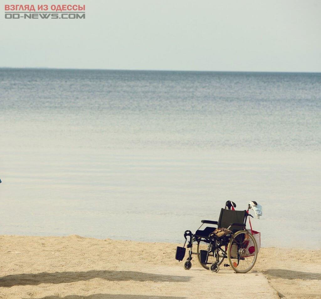 Пляжи Одессы станут комфортными для людей с ограниченными возможностями. одесса, отдых, пандус, пляж, пресс-конференция, water, outdoor, beach, sky, bicycle, people, wheel, sand, bike, vehicle. A group of people riding on top of a sandy beach