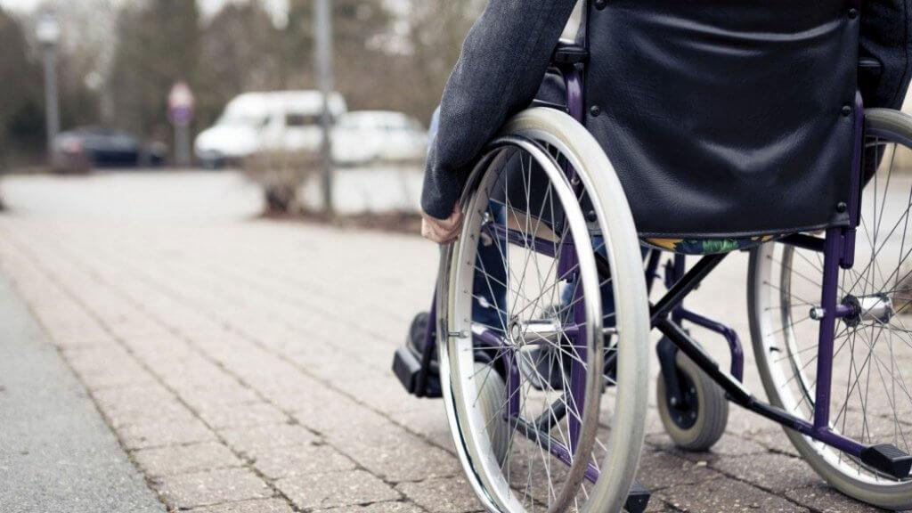 Кто в Лозовой помогает людям с инвалидностью в решении их проблем. лозовая, инвалидность, обеспечение, поддержка, социальная защита, ground, outdoor, bicycle, wheel, bicycle wheel, tire, land vehicle, sidewalk, vehicle, parked. A bicycle parked on a sidewalk