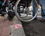 Сумчани просять безбар'єрний простір у місті. суми, облаштування, петиция, пішохідний перехід, інвалідний візок, ground, outdoor, wheel, person, tire, bicycle wheel, land vehicle, bicycle, bike, vehicle. A bicycle parked on a sidewalk