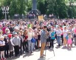 У Полтаві влаштували акцію «Без бар'єрів» (ВІДЕО). полтава, акція без бар'єрів, канистерапия, інвалідність, інклюзивне середовище, person, outdoor, tree, clothing, people, man, crowd, group, footwear, woman. A group of people standing in front of a crowd