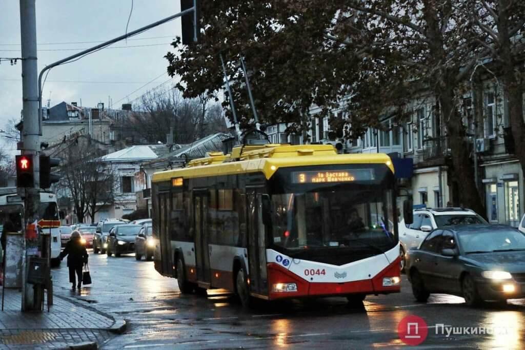 В Одессе транспорт, приспособленный для маломобильных пассажиров, можно отслеживать онлайн. одесса, онлайн, трамвай, транспорт, троллейбус, outdoor, bus, street, road, tree, vehicle, land vehicle, city, transport, way. A bus driving down a busy city street