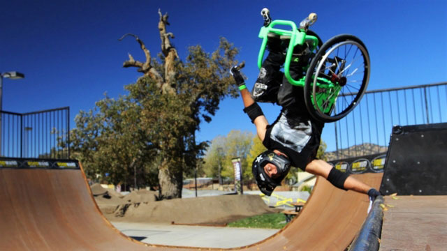 Для людини немає нічого неможливого: короткі відео про людей з інвалідністю. відданість, наполегливість, сприйняття, інвалідний візок, інвалідність, skating, sky, outdoor, ramp, person, man, trick, doing, park, board. A man riding a skateboard up the side of a ramp
