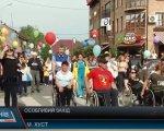 Міжнародний відкритий фестиваль «Долина нарцисів» два дні тривав у Хусті (ВІДЕО). хуст, гала-концерт, спартакиада, учасник, фестиваль долина нарцисів, person, clothing, bicycle, man, crowd. A group of people standing in front of a crowd