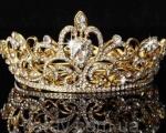 """Прикарпатки на інвалідних візках змагаються за титул """"Королева Інтернету"""" (ФОТО). королева прикарпаття 2019, міс інтернет, голосування, номінація, інвалідний візок, crown, gold, fashion accessory, brass, bronze, chain, metal, necklace, jewellery, metalware. A chain link fence"""