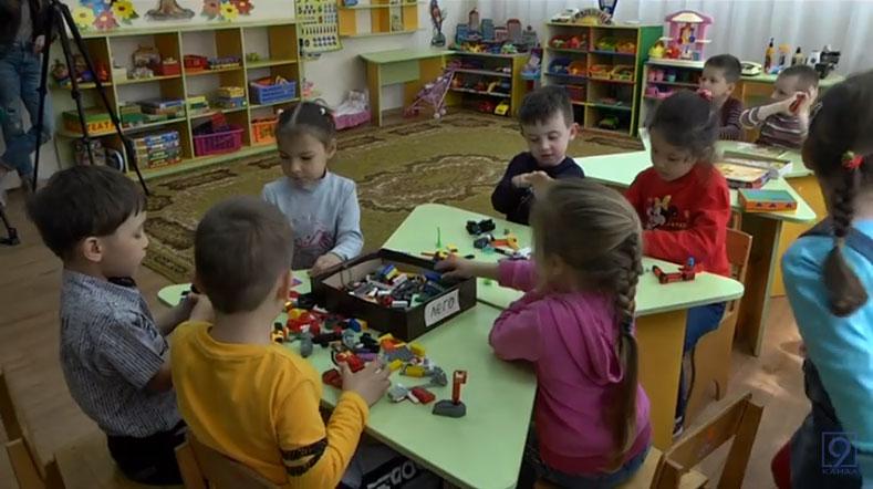 Дніпропетровщина — лідер із запровадження інклюзивної освіти в Україні (ВІДЕО). дніпропетровщина, особливими освітніми потребами, суспільство, інвалідність, інклюзивна освіта, person, toddler, child, indoor, library, toy, elementary, boy, baby, floor. A group of young children sitting around a table