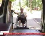 Хворіти за розкладом не можуть: у Черкасах люди з інвалідністю скаржаться на місцеве соціальне таксі (ВІДЕО). черкаси, автівка, спеціальне таксі, черга, інвалідність, outdoor, person, clothing, land vehicle. A person standing in front of a car