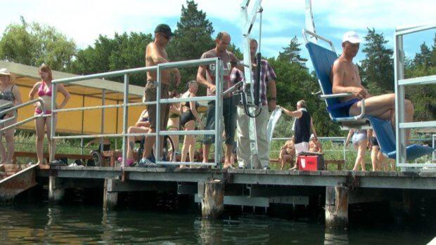 На Славкурорте – новые условия для купания инвалидов. славкурорт, инвалид-колясочник, озеро репное, пляж, подъёмник