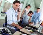 Південна залізниця продовжує роботу з працевлаштування осіб з особливими потребами. південна залізниця, посада, працевлаштування, працівник, інвалідність, person, man, clothing, computer. A man with a bicycle in front of a laptop