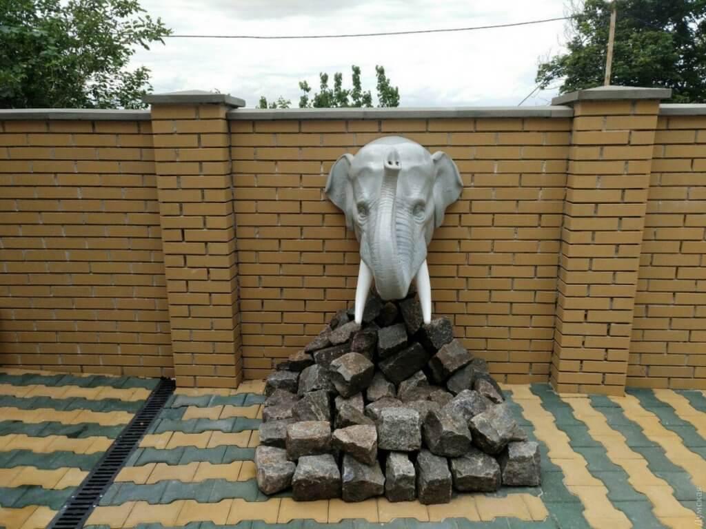 Без барьеров: как особенных детей в Одессе адаптируют к обучению и жизни в обществе (ФОТО). ірц, одесса, инвалидность, инклюзивное образование, общество, statue, sculpture, outdoor, art, building, stone. A statue in front of a brick building