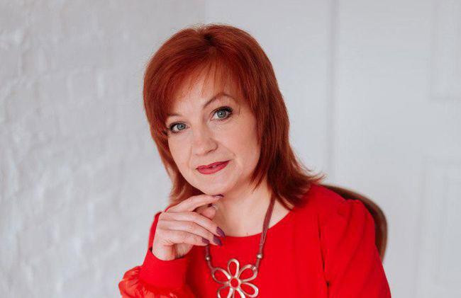 Абетка порозуміння. людмила бараненко, вчитель, соціалізація, інклюзивна освіта, інклюзія, person, wall, human face, indoor, clothing, red, bangs, red hair, smile, brown hair. A woman wearing a red shirt