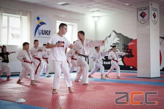 Особливий спортсмен – особливі успіхи. Каратист, який не чує, звернувся до однолітків (ВІДЕО). чернівці, карате, самореалізація, тренування, інвалідність, martial arts uniform, japanese martial arts, martial arts, karate, person, black belt, indoor, kung fu, combat sport, judo. A group of people standing in a room