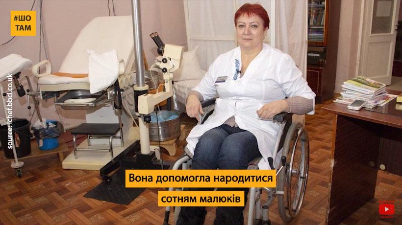 Єдина в Україні гінекологиня на візку допомогла народитися сотням малюків (ВІДЕО). валентина пугач, лікарка-гінеколог, пандус, травма, інвалідний візок, indoor, floor, person, furniture, clothing, chair. A person sitting at a desk