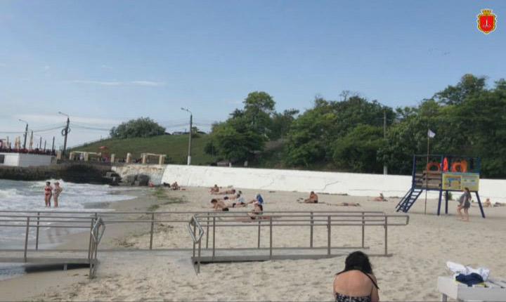 Неготовий. Пляж для людей з інвалідністю (ВІДЕО). одеса, медпункт, пандус, пляж, інвалідність, outdoor, sky, beach, person, shore, sandy, day. A group of people on a beach
