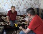 На Дніпропетровщині без двох ніг та руки живе винахідник, якого звуть не інакше як «кулібін» (ВІДЕО). дтп, олександр турчак, винахідник, кулібін, соціалізація, person, indoor, clothing, boy, man, human face. A young boy sitting on a table