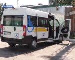 У Носівській ОТГ з'явилося соціальне таксі для людей з інвалідністю: як воно працює (ВІДЕО). носівська отг, перевезення, соціальне таксі, спецтранспорт, інвалідність, outdoor, road, land vehicle, vehicle, transport, bus, van, wheel, transit, curb. A passenger bus that is parked on the side of a road