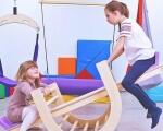 В Україні почнуть працювати 500 інклюзивних центрів. Що це таке? Навіщо вони потрібні?. ірц, вікторія пастерначенко, особливими освітніми потребами, інвалідність, інклюзивна освіта, person, indoor, clothing, playground. A person sitting on a chair