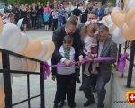 На Рівненщині відкрили 20-й інклюзивно-ресурсний центр (ФОТО). ірц, корець, меморандум, особливими освітніми потребами, інклюзія, person, clothing, child, woman, human face, girl, little, man, smile, footwear. A little girl standing in front of a crowd