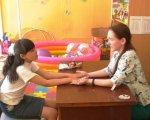 Инклюзивное образование в Бердянске дает первые результаты (ФОТО, ВИДЕО). бердянськ, инвалидность, инклюзивное образование, инклюзия, соціалізація, person, toddler, indoor, baby, clothing, child, human face, girl, boy, playground. A woman sitting at a desk
