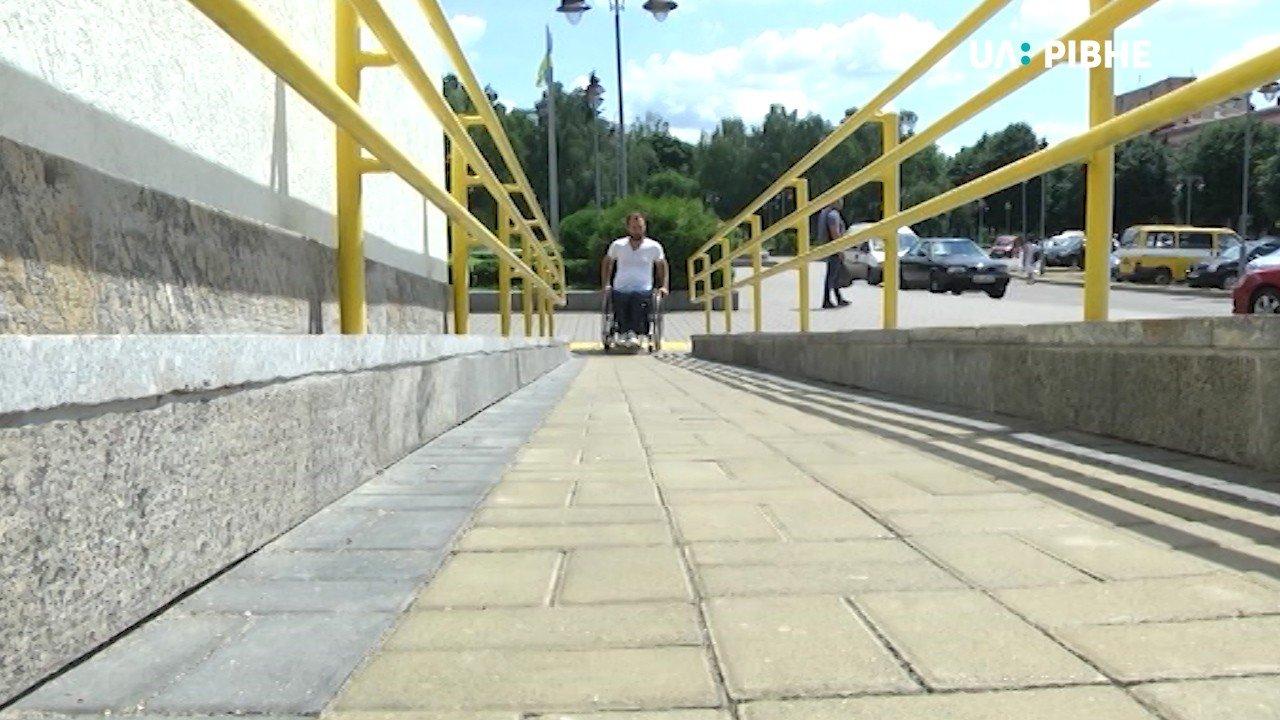 """""""Доступно.UA"""" перевіряє Рівне на доступність для маломобільних людей (ФОТО, ВІДЕО)"""